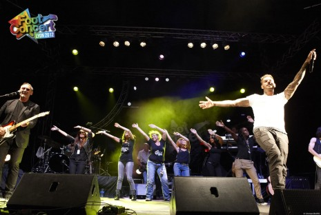 les bnvoles entourent Matt Pokora - foot-concert 2012